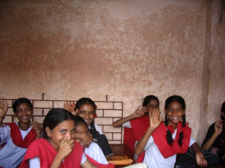 INDIA – RIGHT TO AN EDUCATION: FUND FOR THE EDUCATION OF YOUNG GIRLS AND GIRLS FROM KOLKATA SLUMS AND CREATION OF A LIBRARY/INTERNET POINT